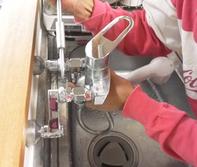 3.元に戻します。 壁と混合栓の間にアダプターを付けるので通常通り水道は使えます。