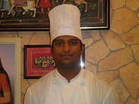 SUNNY 私は10年間インドで修業し、日本には6か月前に来ました。沖縄にきてまだ間もないニューフェイスですが美味しいインド料理をお客様に提供しますので、気軽にラジャーに来てください!