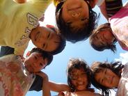"""<strong>7:00~9:30</strong> <strong style=""""color:#ff0000"""">●登園</strong> 「おはようございます」 元気な子どもたちが次々に登園してきます。一人ひとりの心や体の健康チェック。お家から園へのバトンタッチです。 <strong style=""""color:#ff0000"""">●おやつ</strong> 0、1歳児は発育、活動に必要な栄養を補うため、午前中におやつを食べます。 <strong style=""""color:#ff0000"""">●自由遊び</strong> 皆が登園してくる9時30分頃まで、お部屋や戸外で好きなあそびを楽しみます。"""
