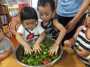 """<strong>15:00~16:00</strong> <strong style=""""color:#ff0000"""">●おやつ</strong> 季節の果物や手作りを中心に栄養のバランスが考えられています。ときには、子どもたちの手作りおやつも登場します。 決まった時間に食べる習慣が身につきます。"""