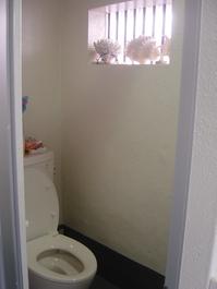 共同トイレ。 これも手作り、 窓辺に目の前の海で取れた 貝がらなどを飾っています。