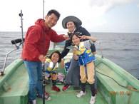 沖縄の県魚に指定されたぐるくんは、刺身、煮つけ、から揚げにしても美味しい沖縄を代表する魚のひとつです。 釣りの方法としては、ほとんどがサビキで釣りあげることから自らサビキ仕掛けを製作しています。 釣った魚(グルクン)をその日に食べれるからなお一層、美味しく食べれます。