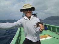 サバニレース、チーム高江洲のメンバーです。 手に持っている魚は小さいですが、大きいのも結構釣れました。自分で釣った魚は美味しいと 満足気でした。