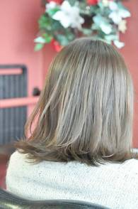 外にハネる毛先が 今どきのボブスタイル。  カラーは グレージュ系で ハイライトもプラスして 柔らかい印象にしてみました。