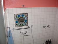 ピンクを基調にした広いシャワールームです。 24時間使用可!  ・共有ドライヤーあり  ・バスタオル    レンタル200円  ・フェイスタオル    販売150円