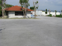"<span class=""darkaqua"">大型駐車場</span> 約150台収容可能な大型駐車場完備"
