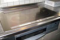 IHクッキングヒーターとは、 電気の力で調理をするオール電化住宅の調理器具です。 高火力・高効率の調理器具で、少ないエネルギーで調理が可能となります。使える鍋が限定されるというイメージがありますが、最近では最新技術により使える鍋の種類も増加しておりますし、何より火を直接使わないので安心・安全という調理器具です。