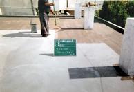 防水の接着剤を塗りこみます。 シッカリと塗り込むことで、防水の密着を高めます。