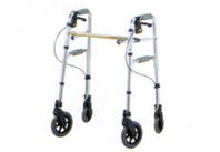 2段グリップで床からの立ち上がりを補助し、ハンドルブレーキ付きで歩行をサポート。