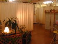 広々としたサロン内は、やさしい色調と 柔らかな雰囲気でリラクゼーション効果を 演出してくれます。  Come Across offers quiet and   relaxing atmosphere.