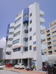 沖縄では珍しい、6階の歯科医院です。1階からエレベーターでお上がりください。