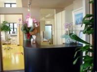 受付および待合室です。落ち着いた雰囲気と、目の前にモノレールが見下ろせる風景が広がっています。