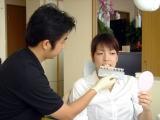 4.色調の確認  ホワイトニングを始める前の歯の色調を一緒に確認していきます。