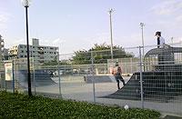 スケートボードとBMX(自転車)専用コート。この向こうにはテニスコートもありますよ。