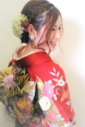 """<b>hair:HAL</b>  <b>make:YUKA</b>  <b>着付け:TERUYA / AYAKA</b>   >><a href=""""http://churakami-okinawa.jp/salon/didi_un_mode/haircatalog/2016/html""""><span style=""""color:#FF0000;font-size:14px;""""><b>このスタイルの詳細はコチラ</span></a></b>"""