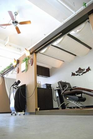 シャンプーブースは個室タイプで人目を気にせずゆっくりとしたプライベートタイムをお過ごし出来ます