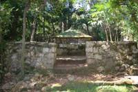 沖縄で初めての王「舜天」の孫にあたり、3代王となった義本王の墓とされています。珊瑚石灰岩で作られた石垣に囲まれています。