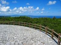 沖縄本島の中でも森林面積が広く、自然度が高く保持されている公園です。 また、公園内には多目的広場やバンガロー、樹上ハウス、天文台、キャンプ広場、辺土名湖、憩いの広場や交流センターまで整備されています。  住所:国頭村字辺土名1094-1 電話:(0980)50-1022