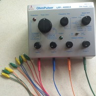 鍼電極低周波治療器で、鍼と鍼をつなぎ、微弱の電流を流します。 (医療機器承認番号15800BZZ00963000)
