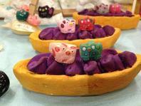紅芋タルト(漆喰で作られています)をムシャムシャ(*^▽^*) 美味しいさ〜♪