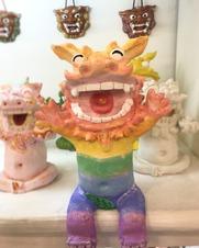 ばんざーい!元気いっぱいの、虹色シーサーで 明るい雰囲気に\(^o^)/ 机の縁に腰掛けできるタイプ!