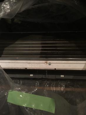 高圧洗浄機にて、内部を水洗いします。 右と左で違いがわかりますでしょうか? 左側は水圧できれいに汚れがとれていますね♪