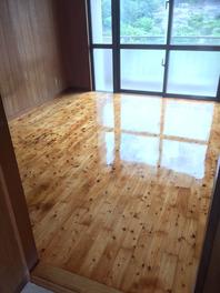 床研磨ウレタンニス塗装後(艶有り) 一度床を削り、古いニスの剝ぎ取り、傷も一緒に研磨します。 その後、シーラーを塗布後、仕上げ材を塗ります。 弊社では、最低3回塗りをしています。 新品同様にピカピカになりますよ♪