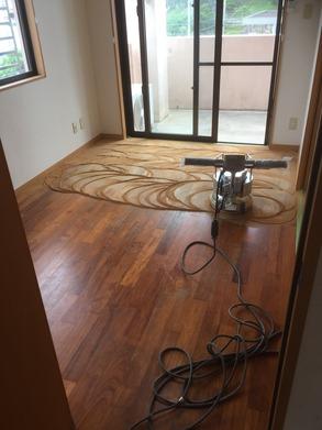 床研磨用のポリッシャーを使い、表面の傷とともに削りとり、きれいな木目をだします。