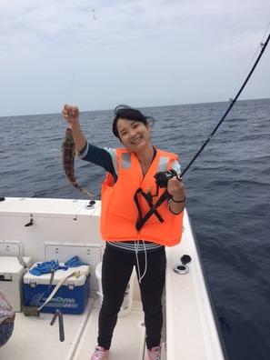 <b>【料金】</b>  <b>◆体験フィッシング半日コース(3~4時間) </b>  大 人 10,000円 小学生  8,000円  ★女性、お子様連れ、ファミリーで楽しく魚釣り体験ができます。  ★乗合で3名様から出港いたします。 ---------------------------------------- <b>◆チャーターフィッシング </b>  半日(3~4時間)  50,000円 ★船1隻をチャーターして、ご家族や気の合う仲間同士で存分に釣りを満喫できます。