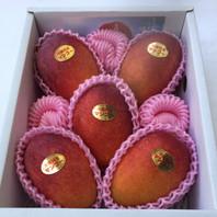 優品5~6玉 2kg マンゴー       ¥7,230(税込・送料別) ※2017年度 ¥7,230→¥7,000(税込・送料別)  ご家庭にはもちろん、贈答用にもおすすめ出来るマンゴーです。 5・6玉でたっぷりの食べごたえ! 色付きが秀品マンゴーと多少かわりますが綺麗でおいしい優秀マンゴーです。  ☆大切な方への贈物に!きっと喜ばれます! もちろん ご自分用!ご家族用!是非いかがですか。。☆