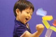 <b>対象:4歳・5歳児クラス</b>   空手は心・技・体を鍛えると言われます。中でも「心」の成長は大きいと思います。礼儀作法もそうですが、空手に特化して言うならば、強い心、そして前向きに生きていく心が養えると思います。  空手を通して体力がつき、体が柔らかくなりバランスがよくなったり、集中力がつく。少しずつ空手の技が出来るようになり、それがまた自信につながり、そうした経験の積み重ねにより、他者への思いやりが育つと思います。