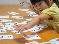 <b>対象:3歳~5歳児クラス</b>   幼少期より英語に触れ、外国の歌や遊びなどに親しむことにより、異文化を身近に感じることで国際感覚や好奇心が養われ、豊かな人格形成につながります。  また多言語を学ぶことで、より豊かな感受性も芽生えてきます。  ネイティブの英語講師による、英語学習や外国文化の紹介、外国のいろいろな遊びを交えて英語に親しむ指導を行います。  小学生から必須となっている英語学習も、幼少期に英語に触れる機会を多く持つことで、抵抗なく学ぶことができるでしょう。   年長クラスでは、キャンプフォスターやキャンプキンザー内の保育園児と<b>国際交流</b>がありますので、英語を使って同世代の子供達とコミュニケーションするよい機会です。
