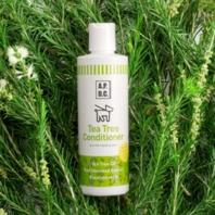 *コンディショナー* ほどよいしっとり感と、ツヤのある仕上がりにこだわったコンディショナーです。被毛や皮膚のうるおいを保つ紅藻エキス&植物性ヒアルロン酸が、ナチュラルに毛並みと皮膚のコンディションを整えます。また、贅沢に使用したエッセンシャルオイルの香りも魅力。乾燥後も爽やかティーツリーの香りが持続します。 <ポイント> 新成分紅藻エキスとヒアルロン酸が皮膚や被毛にうるおい効果を発揮!しっとり・サラサラ感触にしあがります。