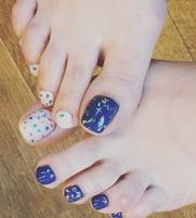爪を健康に美しく保つためのお手入れ。爪の表面や甘皮の手入れ、爪のマッサージ、爪に水分と油分を与えケアする事で健康的な爪になります。  足の角質は、匂いの原因にもなります、ケアする事で綺麗な足元になります。   ●ハンドケア        ¥3.000  (整爪・ケア・カラーリング1色)   ●フットケア        ¥4.000  (整爪・ケア・角質除去・マッサージ・カラー・フラットアート)   ●かかと角質除去    ¥1.000   ⚫︎フットアート(ファイル、ペイントアート)       ¥2500  ⚫︎kidsアート             ¥1500