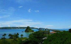 カルストヴィラから車で30分。車で行けるエメラルドグリーンの海に囲まれた離島。「沖縄版アダムとイヴ」と呼ばれる伝承もあることで有名です。