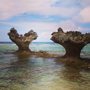 古宇利島の北側 ティーヌ浜があるハート型の岩。人気のスポットです。