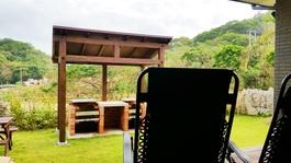 自然に囲まれて楽しくバーベキュー♪  各棟に備え付けのバーベキュー台を設置してます。 ご家族やお友達とワイワイ楽しいひと時をお過ごしください。  *バーベキュー機材の貸出 2,000円 (要予約)  料金内に含まれるもの(バーベキュー台・木炭・網・トング・バーナー・着火剤)