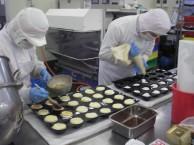 製品のほとんどは全て手作り!! 熟練されたスタッフの技術で高品質な商品をお届け致します。 また当社は衛生管理を徹底的に行っており、品質・食品安全マニュアルを作成し工場内で周知徹底を行っております。