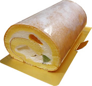 ふんわり生地にたっぷりのクリームとフルーツを包み込んだロールケーキ<hr/> 税込価格<b>1,814</b>円
