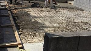 土間コンクリートは主に3層構造。 地面、(砕石、ワイヤーメッシュ、コンクリート) 特に駐車場は、重量に耐えるため、 コンクリートの部分に鉄筋、溶接金網を組みます。 また、ひび割れ防止や強度補強のために 伸縮目地を設けることも大切です。