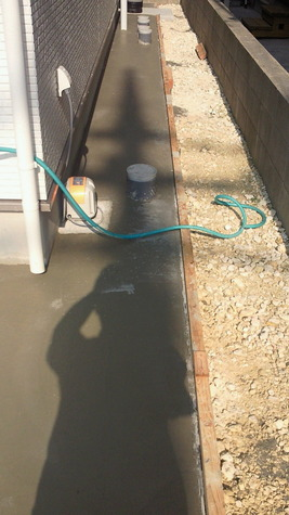 雨天時、足元を汚さずに済みますし 地面からの湿気を防ぎ大切な家を 長持ちさせる重要な役割があります。 地面を完全に覆ってしまうので 雑草対策としても効果的、 ウッドデッキ、車いすのスロープなどにも 利用されます。
