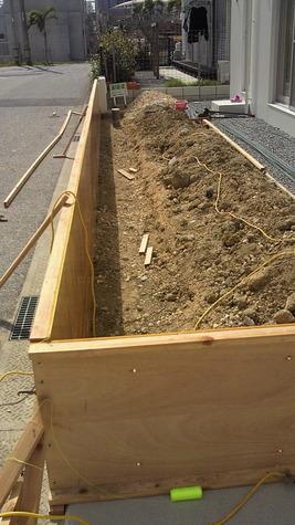 基礎の形状には3種類あります。 i型基礎、両サイドの工事ができる場合はT型基礎 道路に面したところの場合は鉄筋を コンクリートの中で曲げ強度を上げているL型基礎、 土をショベルカー(ユンボ),シャベル(スコップ)で掘削します。 基礎部分を転圧機で下地を押し固め上部からの力で 不同沈下しないように、鉄筋で補強します。