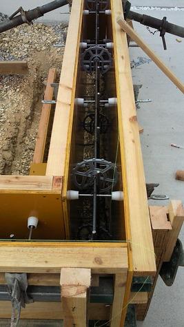 施工する形状の仮枠を設置します。 仮枠にはコンパネと呼ばれる板などを 使用し枠の設置を行います。 生コン流し込みの際に仮枠がずれないように (専用金具)フィットサポーター、セパ を取り付けコンクリートを流し込みます。