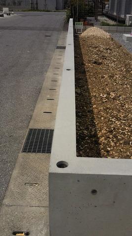 コンクリート打設(振動機)バイブレーター で「締固め」、「打込み」ます。 コンクリート中の余分な気泡を抜き出して 強度低下を防ぎ耐久性を上げます。