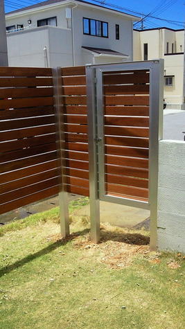 アルミフレームと人工木材を仕様、 オプションでドアを設定可能! お庭の景観を極め 住む人の豊かなセンスをうつしだし あたたかい外観はもちろんプライベートも 充実、安心して快適な生活を提案します。