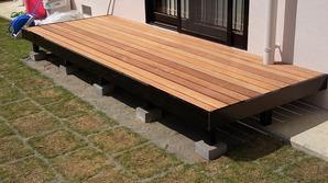 木粉を配合し、温もりのある木質感を再現した 人工木デッキ。 ワイド床板・木目床板を採用し、 より温もりのある広々としたデッキライフを演出。