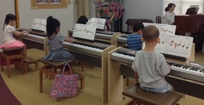 ソルフェージュとリトミック、両方の要素を交えたレッスンによって、ピアノ演奏を習得していきます。 また、グループレッスンならではのアンサンブルも取り入れ、みんなで演奏する楽しさを味わいます。