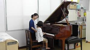 導入期のお子さんは、ソルフェージュとリトミックの要素を交えたレッスンで、無理なく楽しみながらピアノを習得していきます。 導入期以降の生徒さんは、音楽理論の学習も取り入れ、演奏技術の向上を目指した細かい指導を行います。