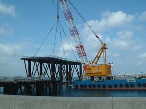 工 事 名:那覇港ターミナルジャケット据付 完成年度:平成21年度 使用船舶:400t吊起重機船 吊り重量:ジャケット100t