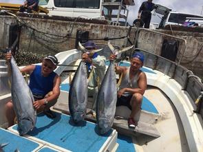 ■チャーター料金:23万円 ■釣り竿貸し出し ・大物用竿3本::15000円  こちらは本島から南西に30~45マイル離れた場所に位置する漁場です。 遠くのパヤオで泊まりだと、ポイントで長時間釣りが出来るので、大物が高確率で釣れます。 通常のパヤオのコースよりも、量、大きさ共に高確率で狙えるのではないでしょうか。  尚、大物用釣り竿は3本までとさせて頂きます。